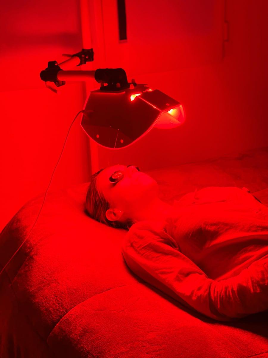 Soin anti-âge photobiomodulation lumière rouge à la tour-du-crieux
